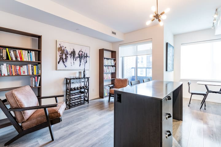 High-End Condo in The Annex - Steps from U of T!