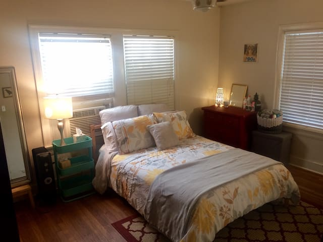 Bright room in cute and convenient Hyde Park - Austin - House