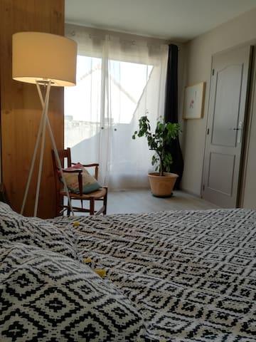 Chambres dans une grande maison calme.