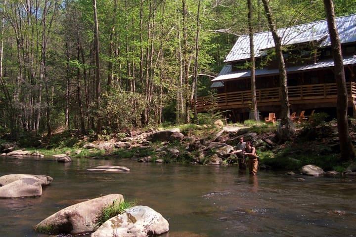Located on 1400 feet of the Nantahala River