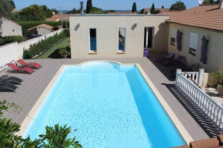 Villa et piscine sur terrain arboré - Beauvoisin