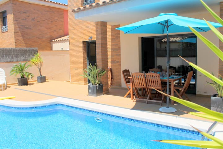 NEW VILLA WITH PRIVATE POOL & WIFI  - Empuriabrava - Talo