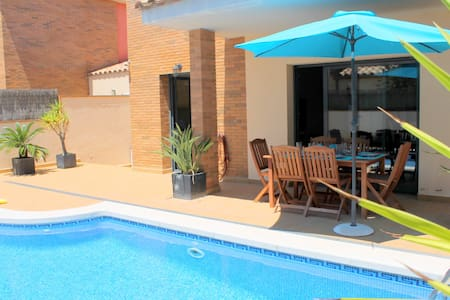NEW VILLA WITH PRIVATE POOL & WIFI  - Empuriabrava - บ้าน