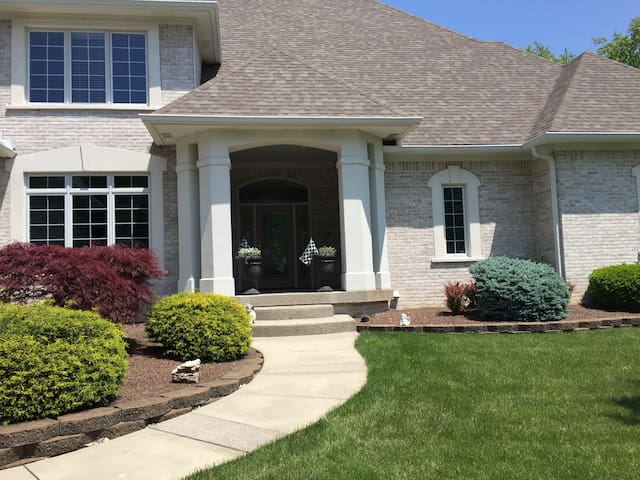 Gorgeous 7,500 Executive House w/ Indoor B-ball Ct - Indianapolis - House