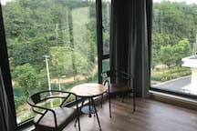 这是落地窗湖景家庭房
