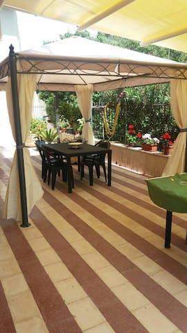 Gazebo con tente e zanzariere più un'ulteriore tettoia e tavolo
