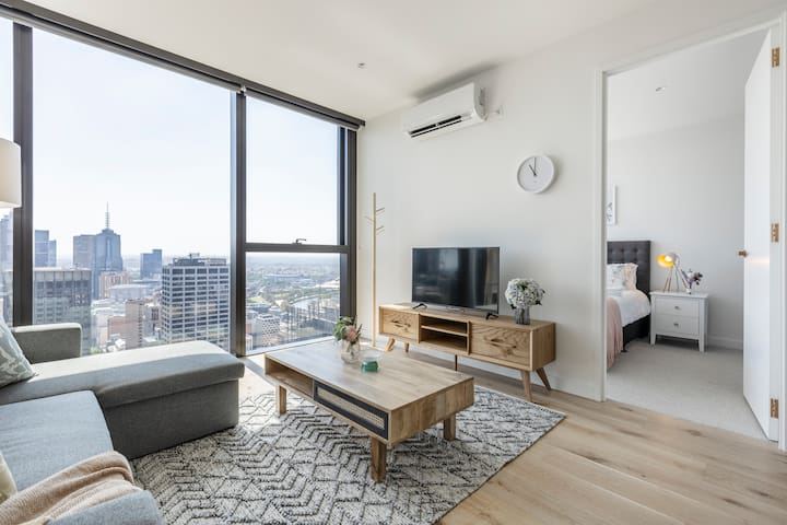 Overlooking South East of Melbourne from this level 48 home!