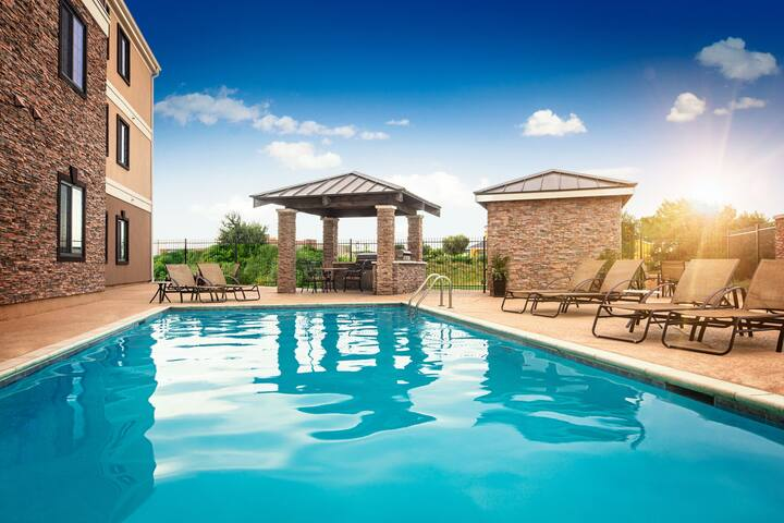 Free Wi-Fi + Complimentary Breakfast + Outdoor Pool | 30 Minutes from Six Flags!