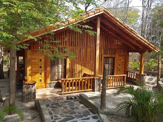 Villas de madera y parque acuático.
