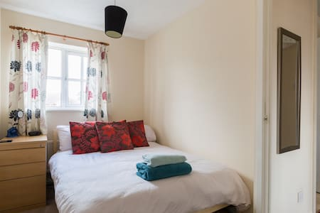 Double bedroom with good transport links. - Balsall Common