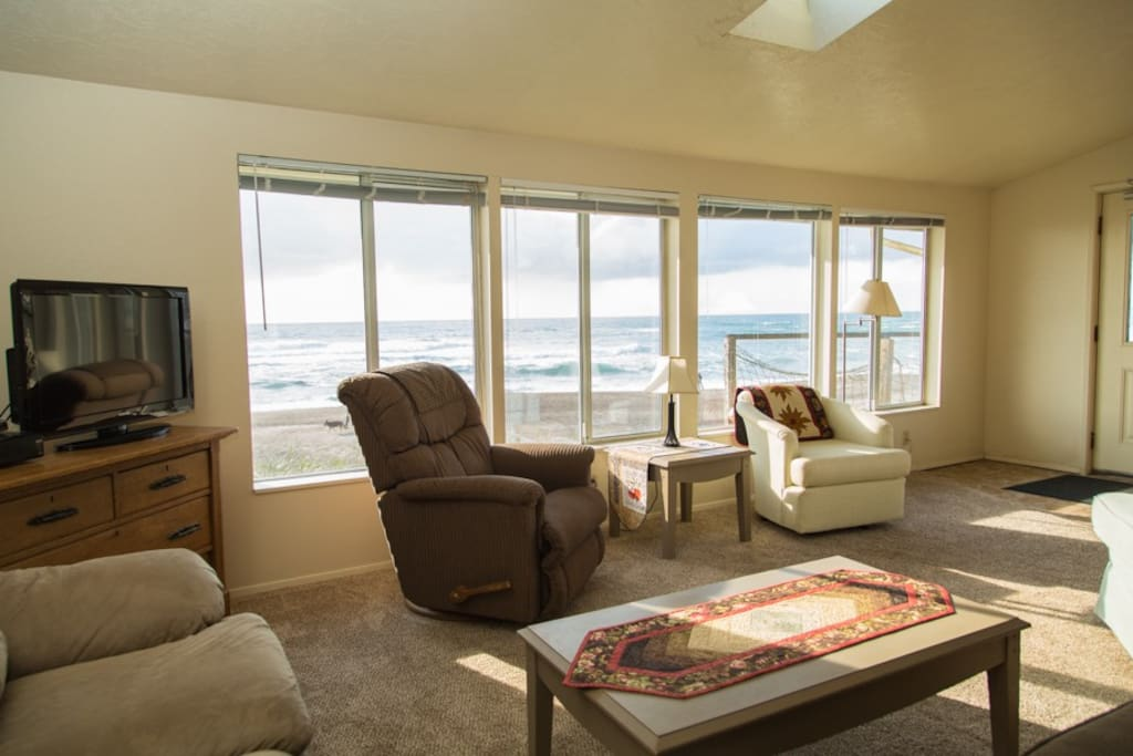 The waves are in front of the windows. Just turn your chair and watch the waves!