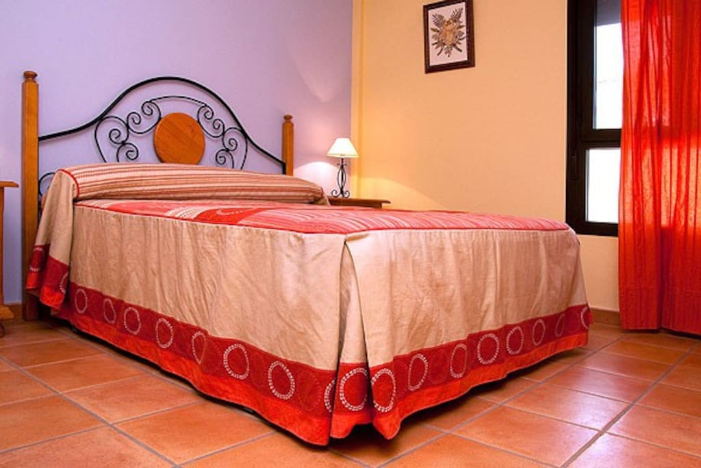 Habitación con cama de matrimonio y posibilidad de cuna o cama