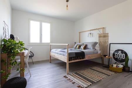 MODERN BEDROOM+BATHROOM IN STRATEGIC POSITION