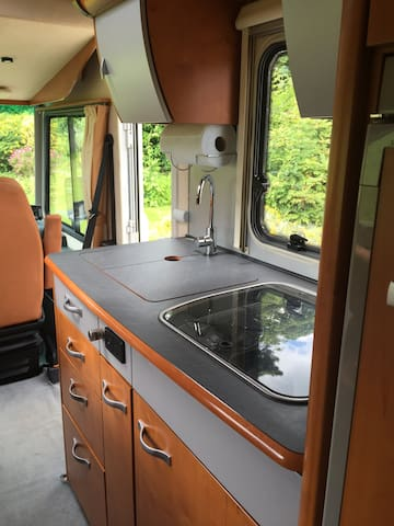 Excellent compact kitchen with 3 burners, double sink