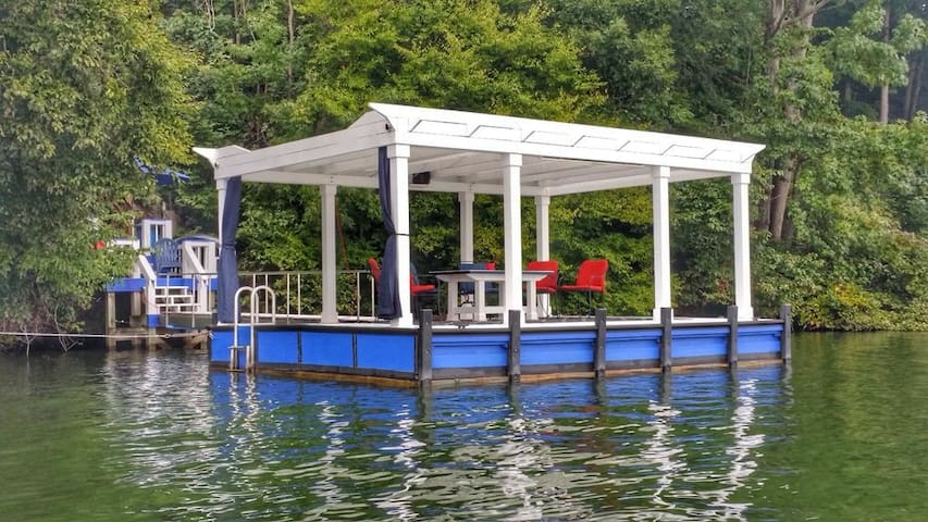 Floating dock and landing