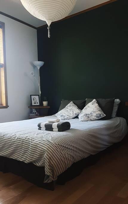 Votre chambre avec grand lit Queen et fenêtre. La literie peut varier :)