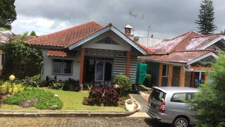 villa kota bunga puncak 1 rumah 2 kamar
