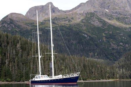 Aurelia, an eighty foot sailboat - Valdez - Лодка