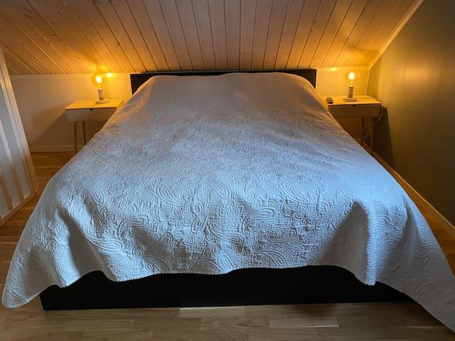 Dubbelsäng på sovloftet.