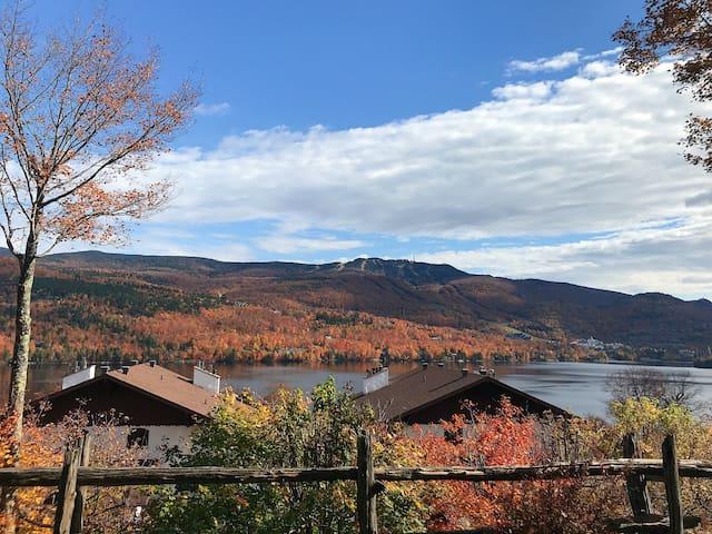 View of the mountain taken outside during fall.  Vue de la montagne prise de l'extérieur à l'automne.