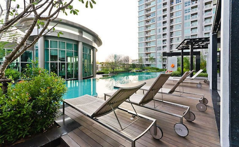 ★ New, Modern | Top Floor | Sky Pool | 10 m to MRT