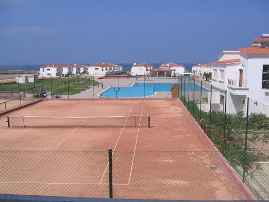 Terrains de tennis, foot, volley et basket, ainsi que aire de jeux pour enfants + plage privée