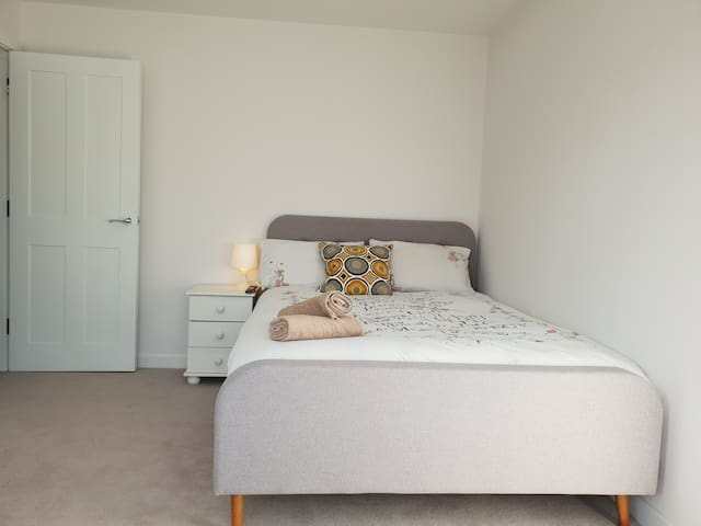 Double bedroom near Eastleigh station and airport