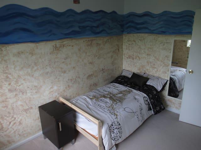 Cozy Room In Walnut Grove, Vancouver