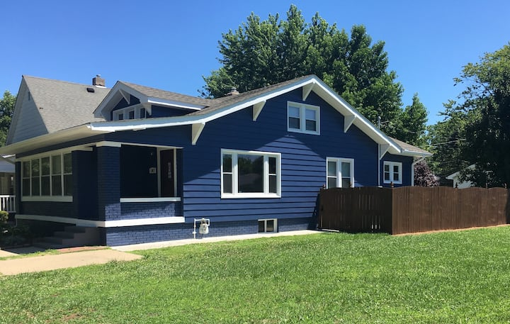 Blue Bungalow 4 Bed/ 1.5 Ba, Nice Kitchen+Laundry