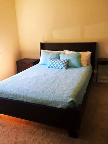Cozy room, close to airport! Walkable SE!