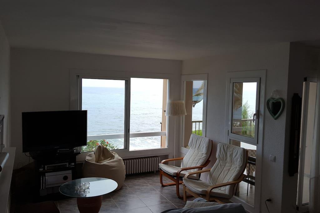 salón con vista al mar