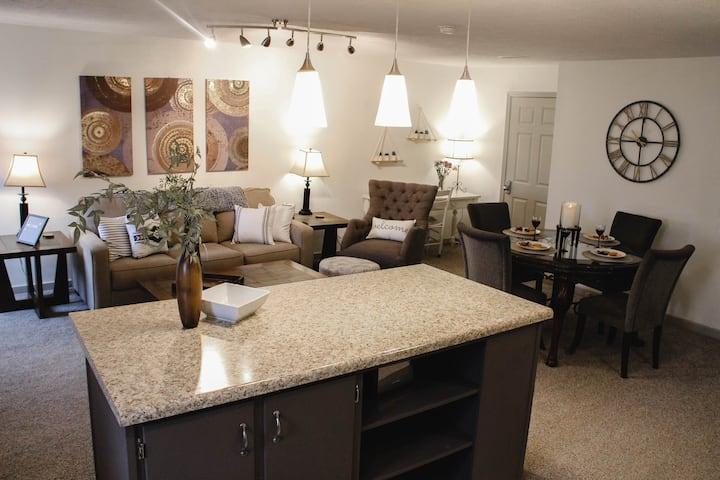 Cozy Apt. Downtown Floyd; Golden Maple Homestays