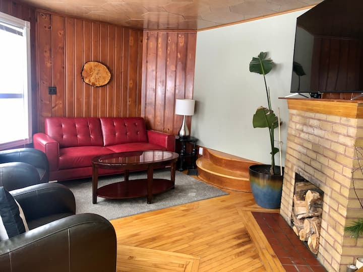 King apartment close to downtown with scenic views