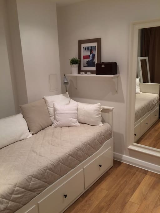 Single bed (extendable into 180cm)