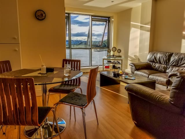 Waterfront flat private room&bath, near city&bus
