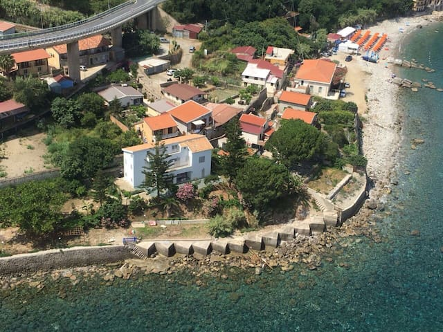 Villa on the seaside, direct access to the sea.