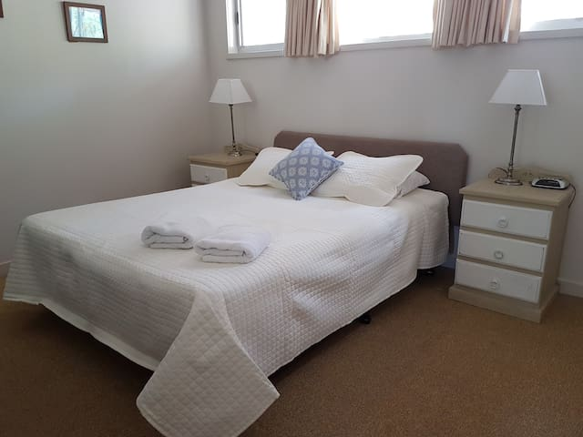 Main bedroom - queen size bed, ceiling fan, air-conditioning