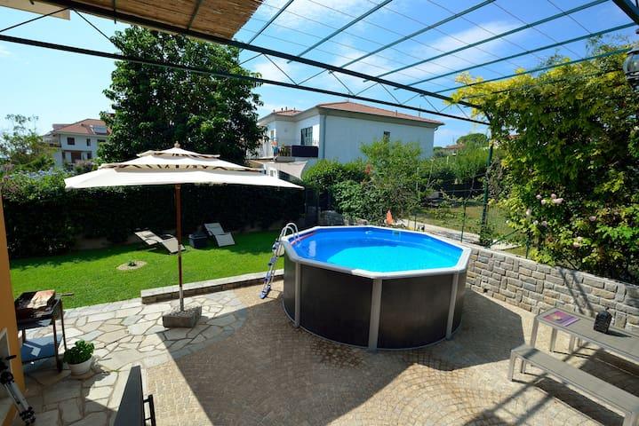 Casa con piscina e giardino privati