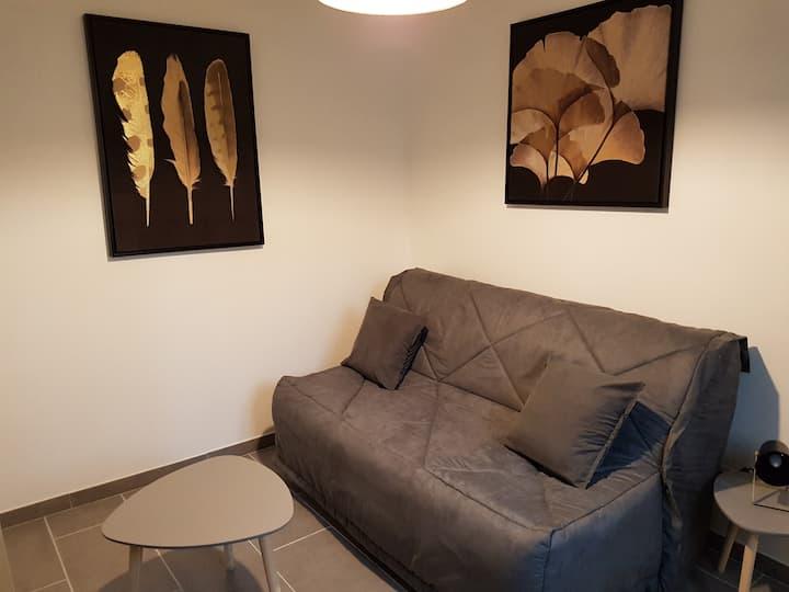 Studio neuf climatisé, parking, terrasse