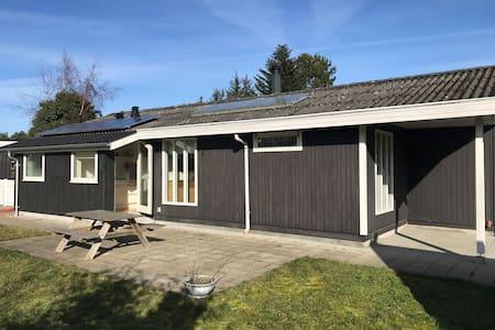 Hus med havudsigt + dejlig solterrasse mod Ø+S+W