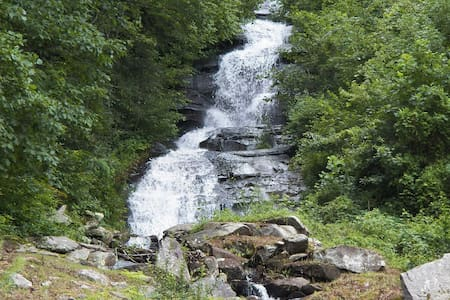 Brightwater Falls Retreat ~ 7 Acre Private Retreat with 600 foot waterfall! - 亨德森维尔(Hendersonville) - 独立屋