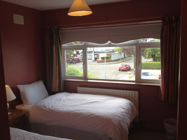 Twin/Double En-suite Room Close to Airport/City