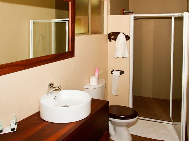 Hakusemeb River Lodge Bathroom