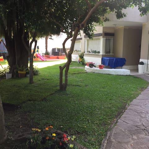 Casa c/ jardin, parrila y pileta. Zona residencial - Acassuso