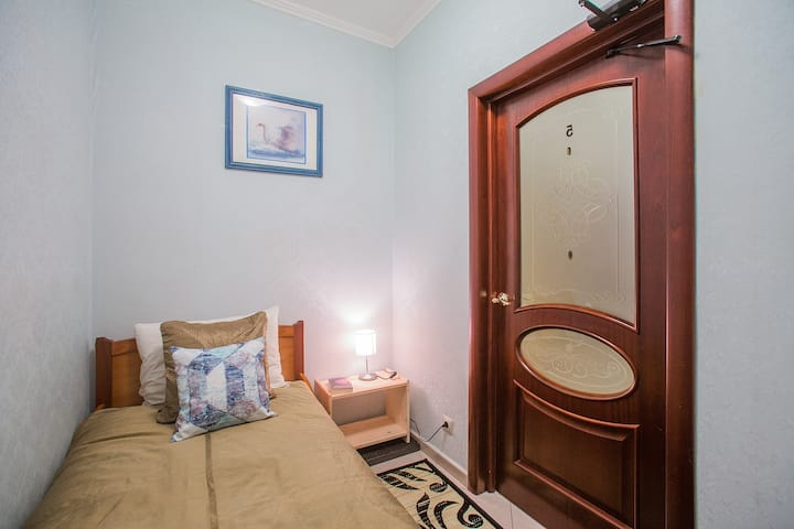 Compact room in the center on Mayakovskaya