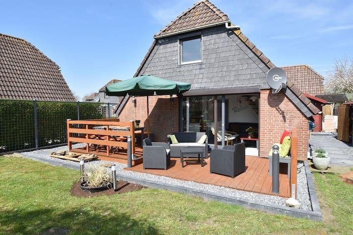 Cozy Cottage in Herkingen with hottub in the garden.