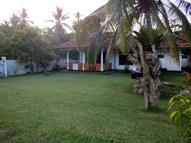 Modern Beautiful Holiday home (5min walk to sea) - ฮิคคาดูวา - บ้าน