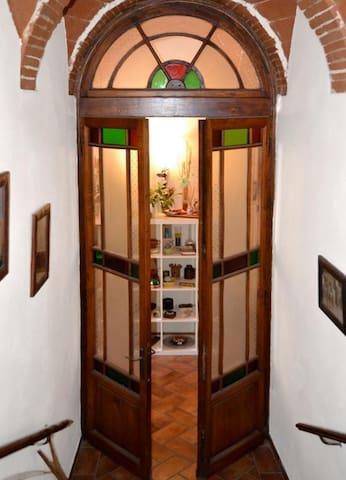 Gli interni sono originali, conservati e ristrutturati dal 1854, data della costruzione della casa.