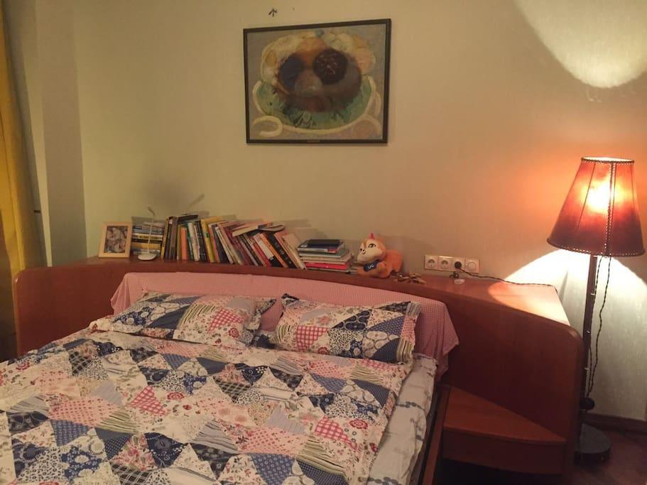 主卧很温馨哦,有枕边书可以选读