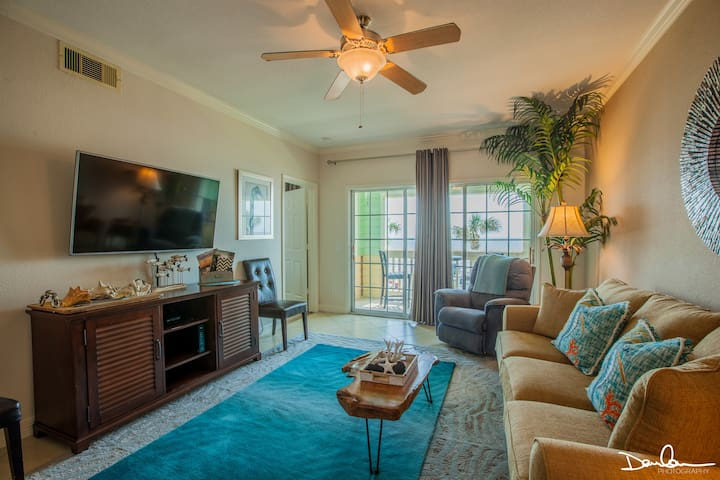 Beach front condo; WiFi, Pools with hot spa!